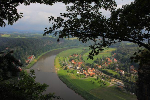 KM6_Blick von der Bastei auf Kurort Rathen und Elberadweg