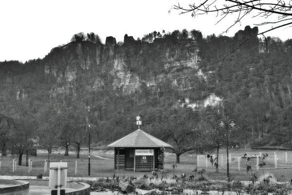KM6_Kurort Rathen_im Hintergrund Elbsandsteingebirge